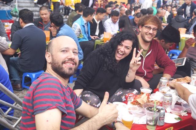 Cảm nghĩ của du khách nước ngoài khi thưởng thức bia hơi Hà Nội